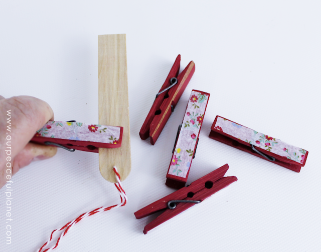 Clothespin crafts are awesome and this one is pretty and useful! These clothespin gift sets are inexpensive to make and come with a very unique display holder. Great gift for anyone!