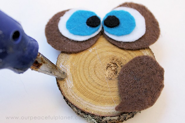 make this simple wood slice owl decor with a single wood tree slice and some felt