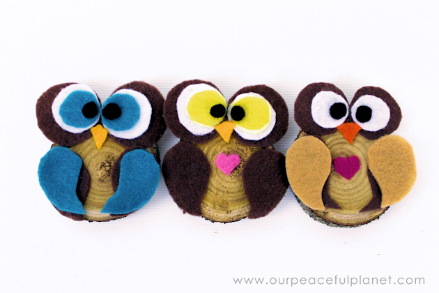 Make this simple wood slice owl decor with a single wood tree slice and some felt! They can be used for many things, to adorn wreaths or by themselves!Make this simple wood slice owl decor with a single wood tree slice and some felt! They can be used for many things, to adorn wreaths or by themselves!