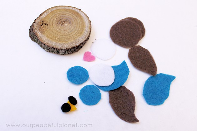 Make this simple wood slice owl decor with a single wood tree slice and some felt! They can be used for many things, to adorn wreaths or by themselves!