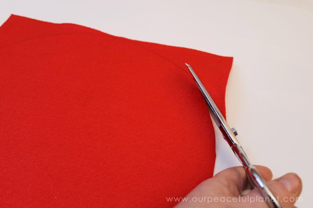 Make these elegant poinsettia Christmas placemats using a large piece of felt, some artifical poinsettias and hot glue. They also make a great centerpiece!