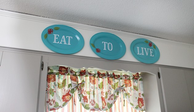 Looking for some inexpensive kitchen wall decor to brighten up your home? These darling dollar store plastic plates and platters are just the thing!