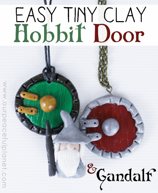 This simple hobbit door is so easy to make from colored hardening clay that anyone can do it! Use it for jewelry, bookmarks etc. Makes a great Tolkien gift!