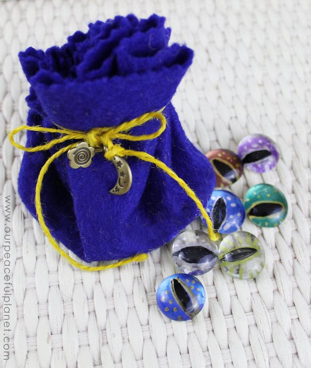 This simple little no sew drawstring pouches are great for holding tiny treasures! All you need is felt and string and some charms or beads if desired!