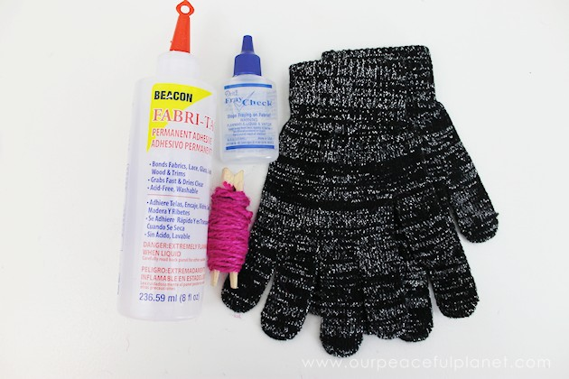 Do you love to text? Are your hands cold? Do you get tired of taking gloves on and off to do said texting? DIY Power Texting Gloves to the rescue!