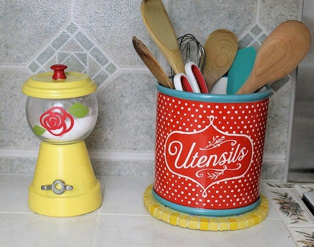 We've got some great kitchen decorating ideas, some that only cost a dollar or two and look beautiful! See if there's anything you can use for your own kitchen!